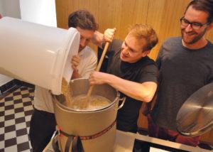 Bierbrauen in der Burgküche